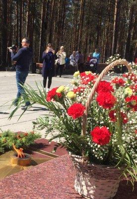 Церемония памяти у монумента Победы